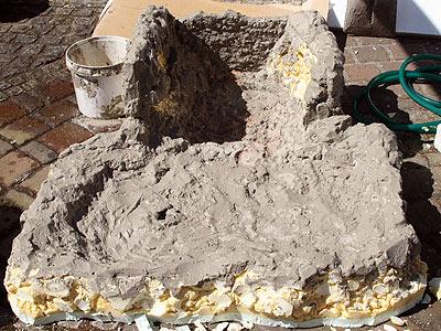 selbst gebaute felswand mit wasserfall